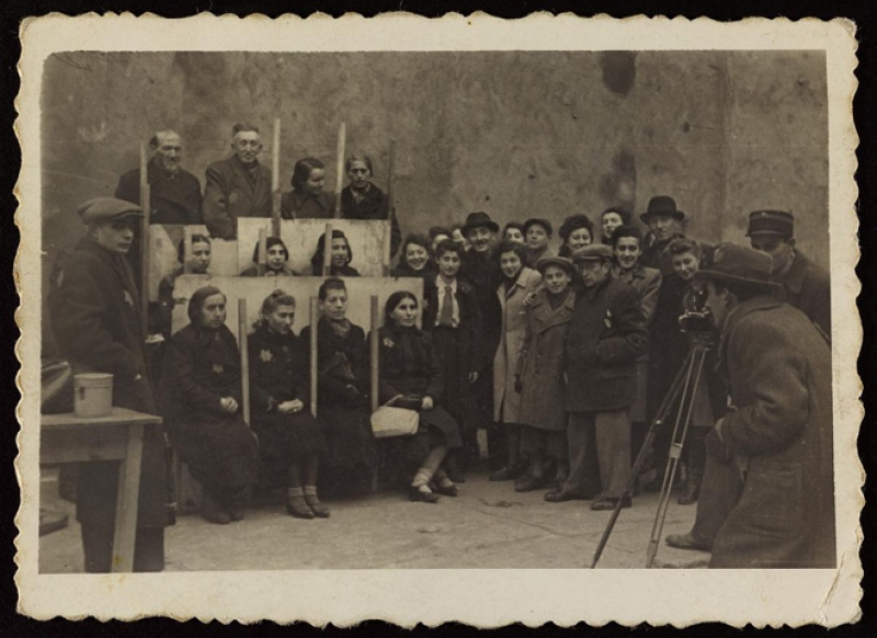 Henryk Ross, Henryk Ross photographing for identification cards, Jewish Administration, Department of Statistics, Lodz ghetto, 1940